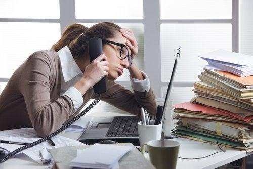 O estresse do trabalho pode afetar a saúde da sua tireoide