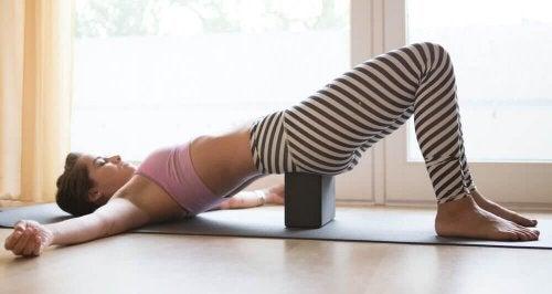 Mulher se exercitando para aliviar o estresse