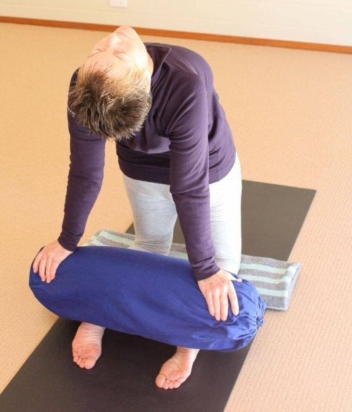 Mulher se alongando para eliminar o estresse