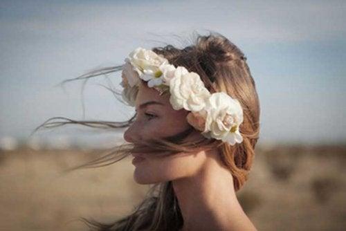 Mulher desfrutando do atual momento com flores na cabeça