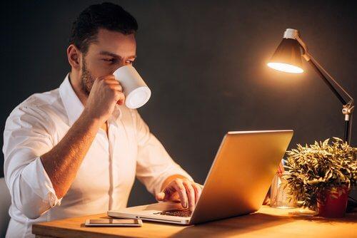 Beber muito café e trabalhar tarde à noite são hábitos que provocam doenças