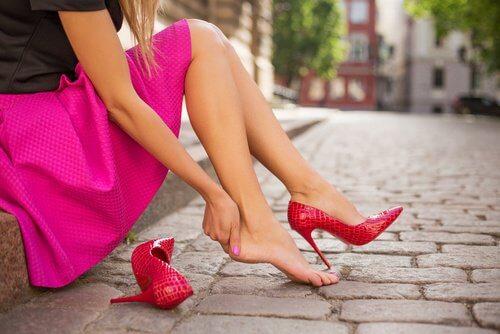 Andar muito tempo de salto alto é um dos hábitos que provocam doenças
