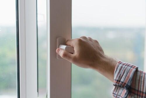 Deixar as janelas abertas o dia todo é um dos hábitos que provocam doenças