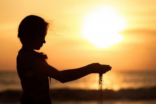 menina_por_do_sol_areia