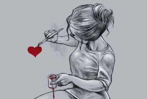 mulher pintando um coração