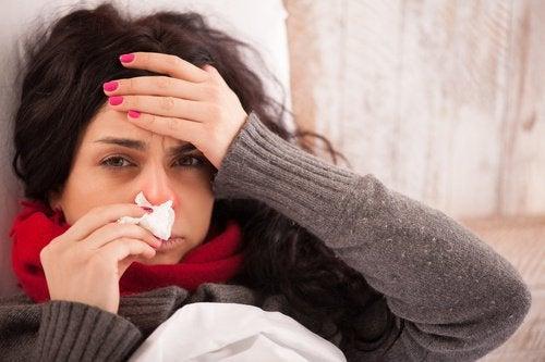 Mulher com gripe por causa do enfraquecimento do sistema imunológico