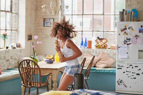 mulher_dancando_cozinha