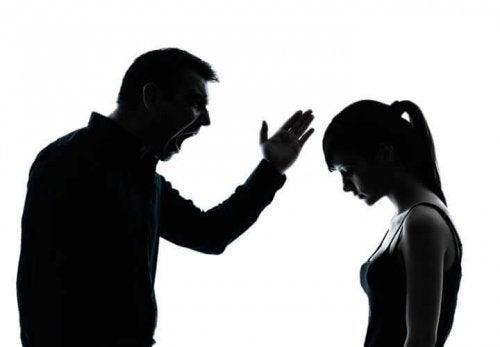 Pai tóxico brigando com filha