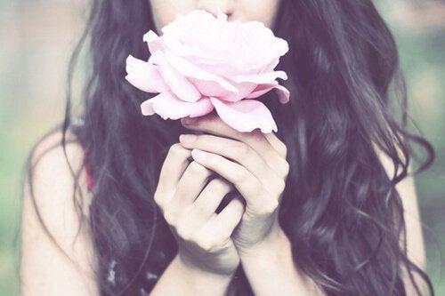 Boa pessoa cheirando flor
