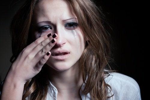 Moça escorrendo lágrimas
