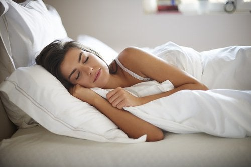 Mulher dormindo para perder gordura