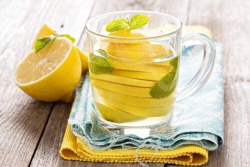 Água com limão para perder gordura