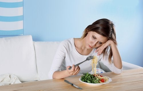 Mulher comendo massa com farinha