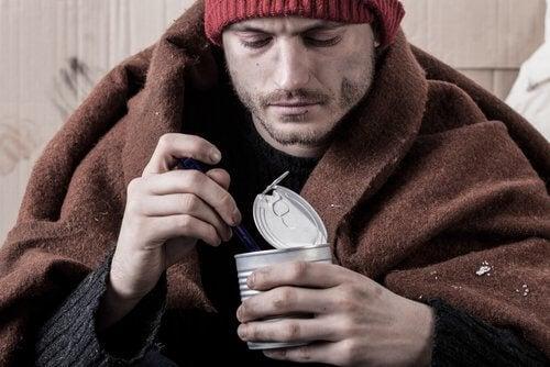 Homem triste comendo enlatados