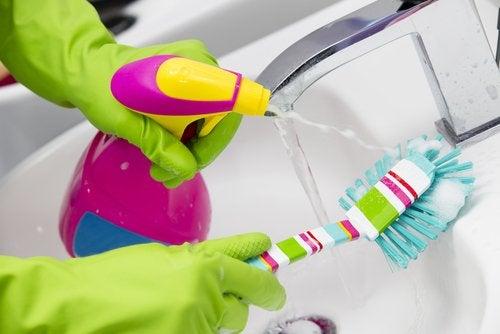 Limpar a torneira com escova
