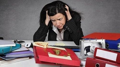 Mulher estressada devido a deficiência de vitamina C
