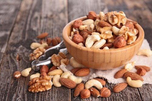 Melhor consumir alimentos crus, como frutos secos.