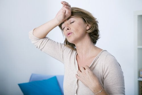 Mulher com calor devido a desequilíbrios hormonais