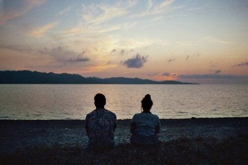 casal-olhando-por-do-sol