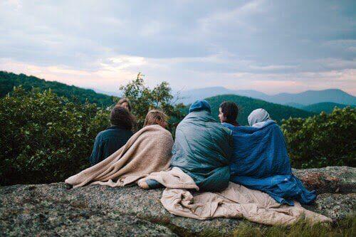 Amigos acampando na natureza