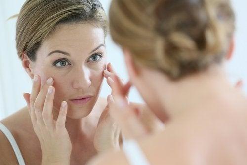 Mulher cuidando da sua pele