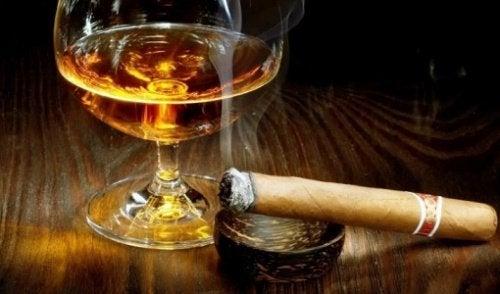 São muitas as pessoas que dizem que bebem dois ou três copos de bebida alcoólica por dia ou que fumam apenas um cigarro, quando, na realidade, isso não é verdade