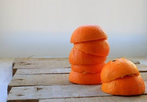 A casca de laranja ajuda a eliminar o tártaro dos dentes