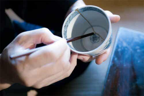 Descubra o kintsukuroi técnica japonesa para reparar cerâmica quebrada que lhe fará refletir