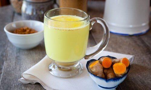 Chá de gengibre e cúrcuma para combater as pedras nos rins