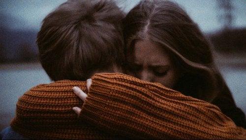 Mulher abraçando seu ex