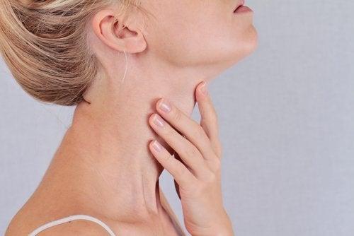 Mulher com problema de tireoide e aumentando de peso