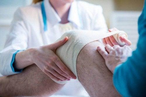 """Cientistas criam um """"curativo vivo"""" de células-tronco para lesões no joelho"""