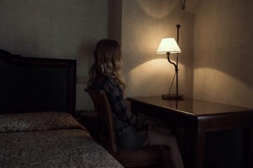 Mulher avarenta sozinha a quem faltam muitas coisas