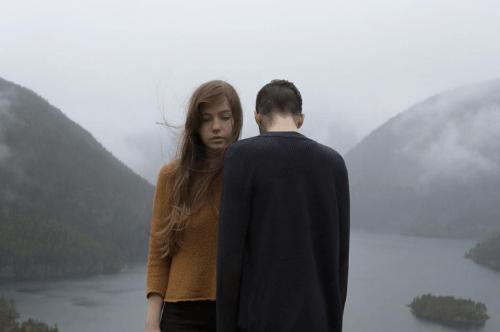 Casal simbolizando o reflexo um do outro
