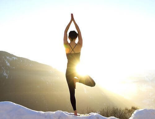 Mulher bipolar fazendo ioga