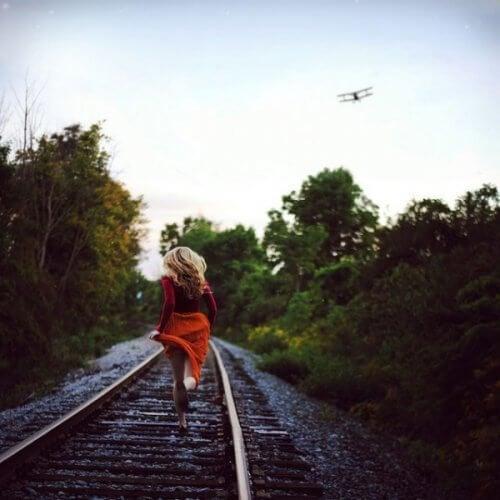 Moça correndo para não deixar ir o trem