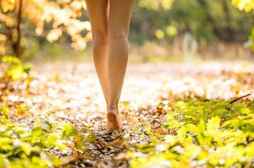 Mulher com endometriose andando