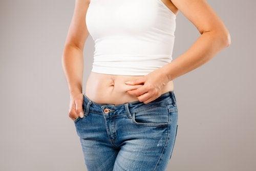 Mulher com gordura abdominal