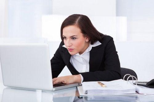 Mulher com má postura no trabalho
