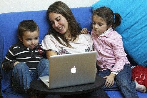 Mãe com filhos