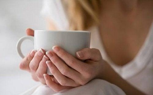 A infusão de passiflora e valeriana pode ajudar a aliviar os sintomas da menopausa