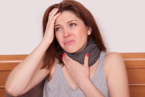 Mulher sem voz com dor de garganta