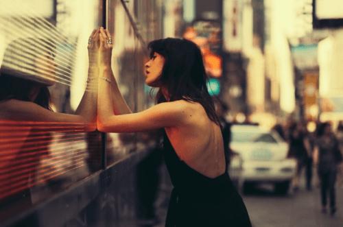 Mulher olhando para a parede