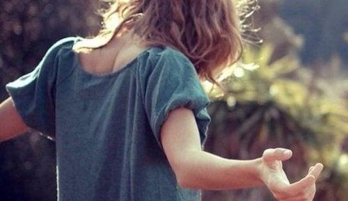 Mulher se braços abertos pensando no reflexo que atrai as pessoas