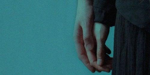 Casal de mãos dadas em um relacionamento