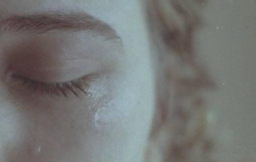 Mulher chorando porque terminou o relacionamento