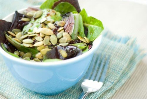 Salada com sementes de abóbora e folhas verdes
