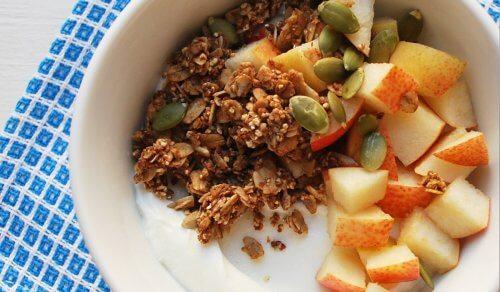 Salada com sementes de abóbora e frutas