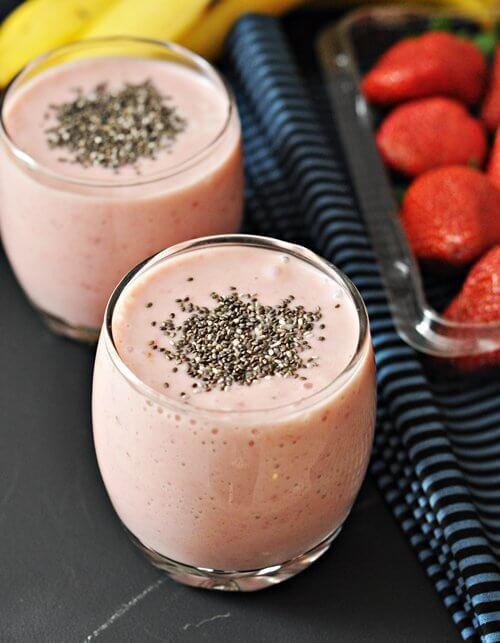 Bebida com morango e sementes