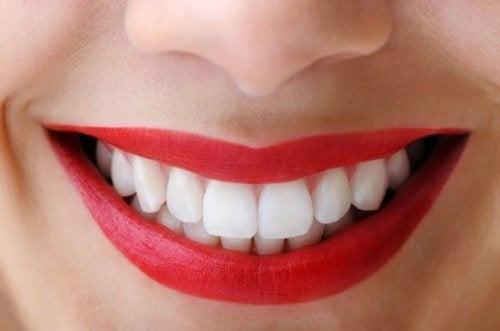 Carvão ativado serve para branquear os dentes